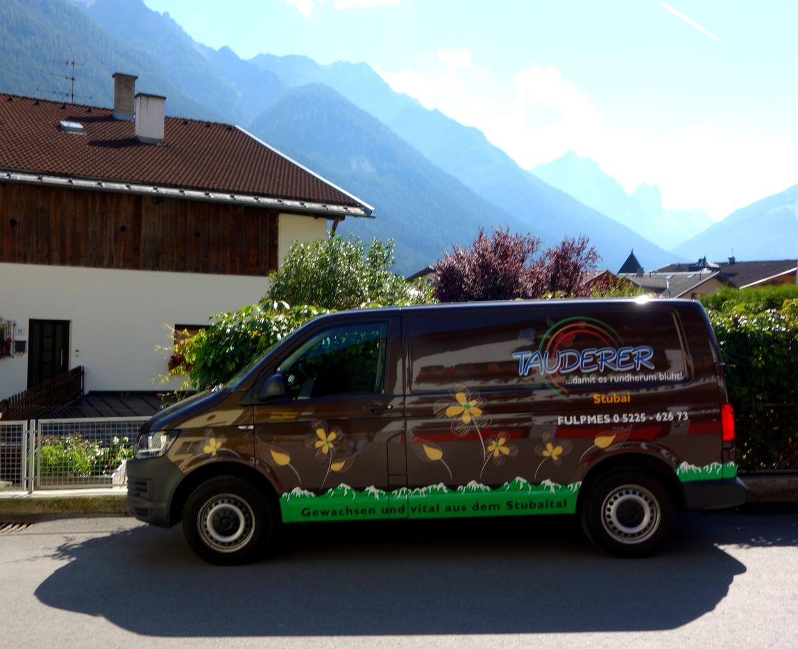Разрисованная машина в Австрии