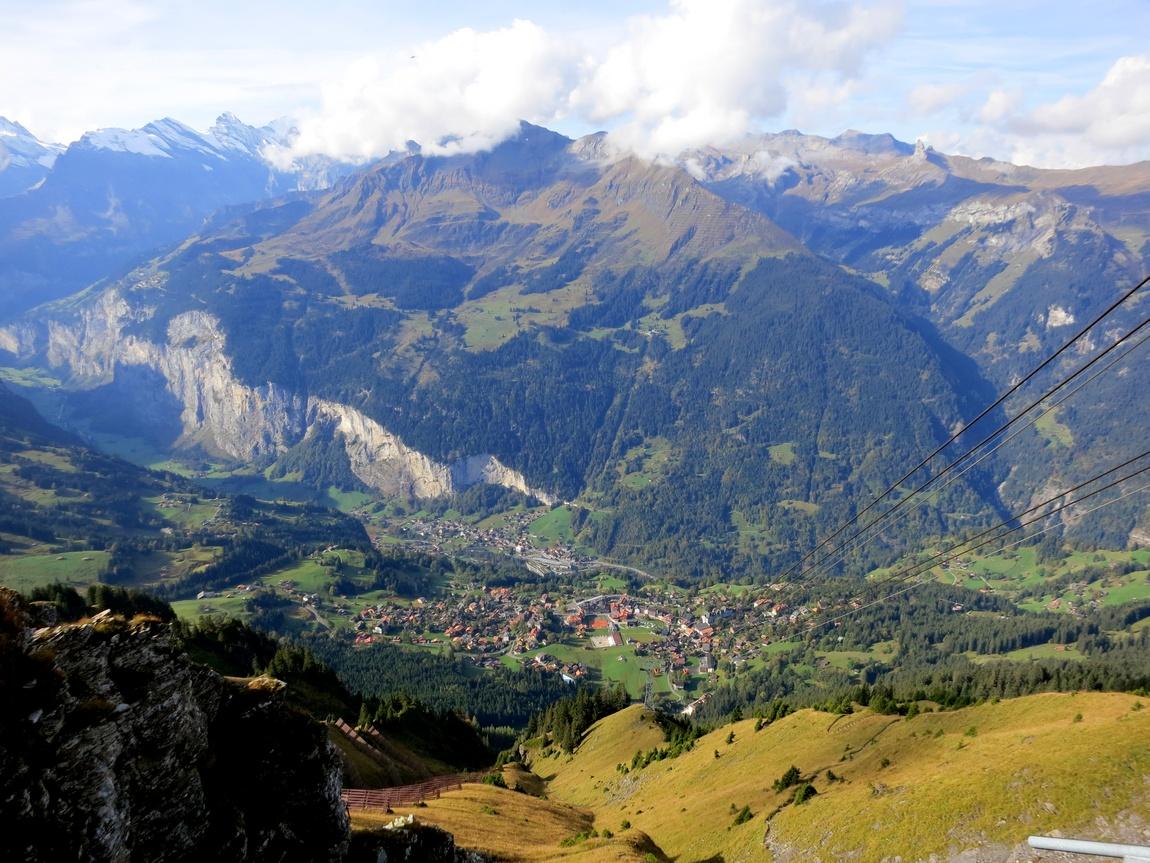 Горное плато Männlichen - Вид справа на долину Лаутербруннен.