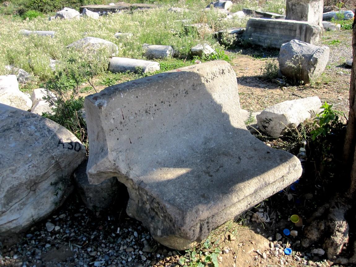 Древняя скамья в античном городе Сиде