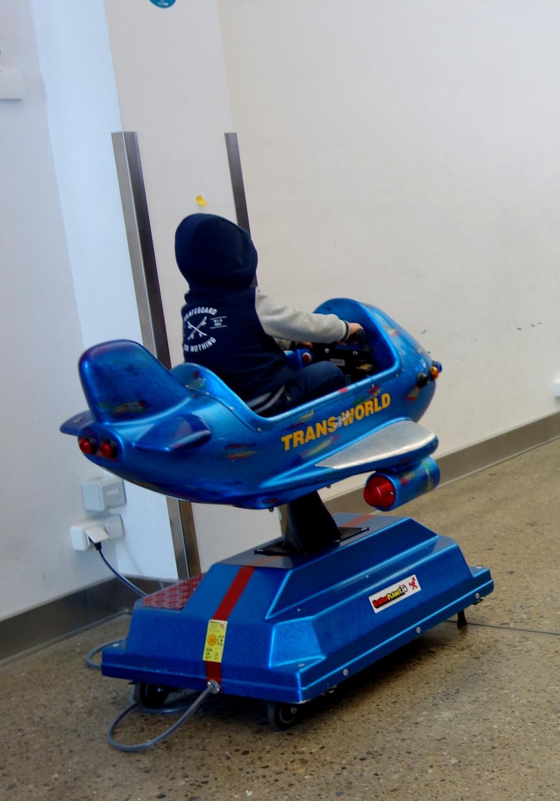 Самолётик -люлька для развлечения детей в аэропорту