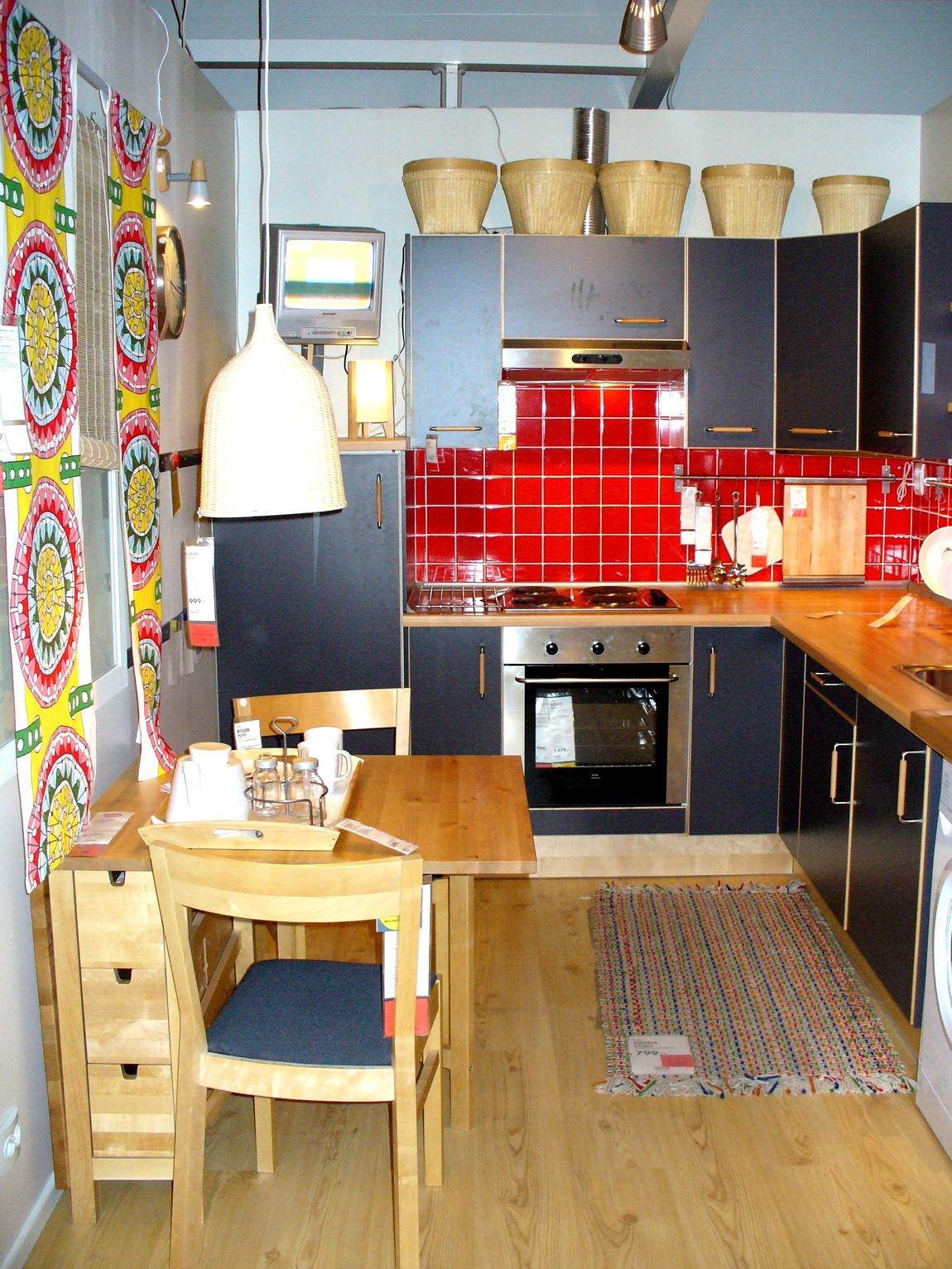 Кухня чёрная и красный фартук из плитки