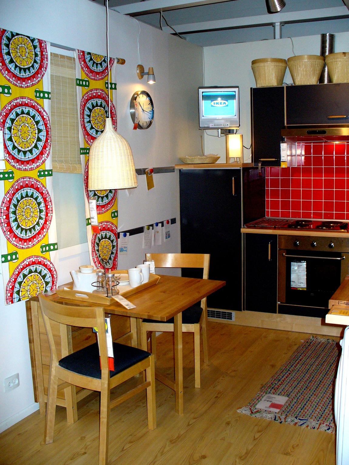 Кухня чёрная и красный фартук из плитки - обеденная зона