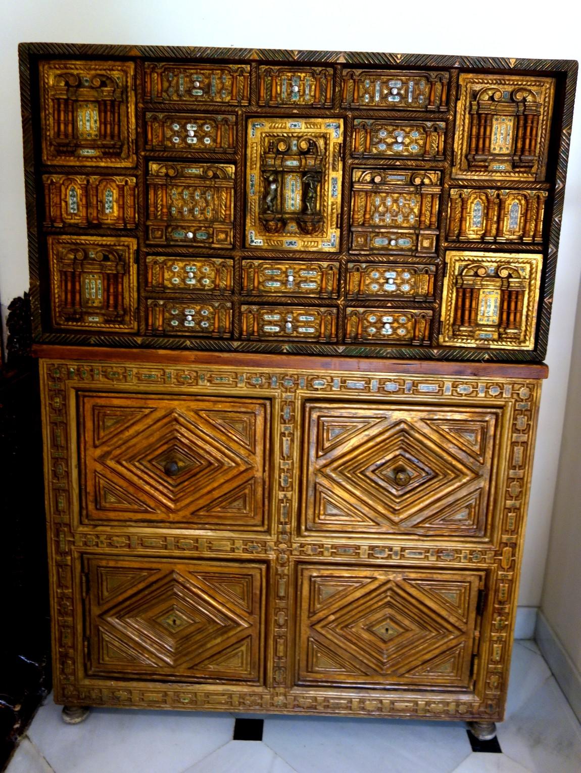 Старинный шкаф с резьбой в Испании