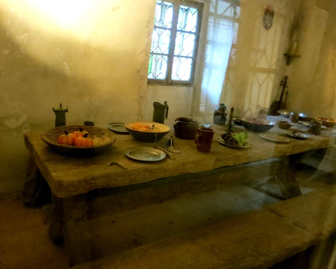 Средневековая кухня - стол с едой