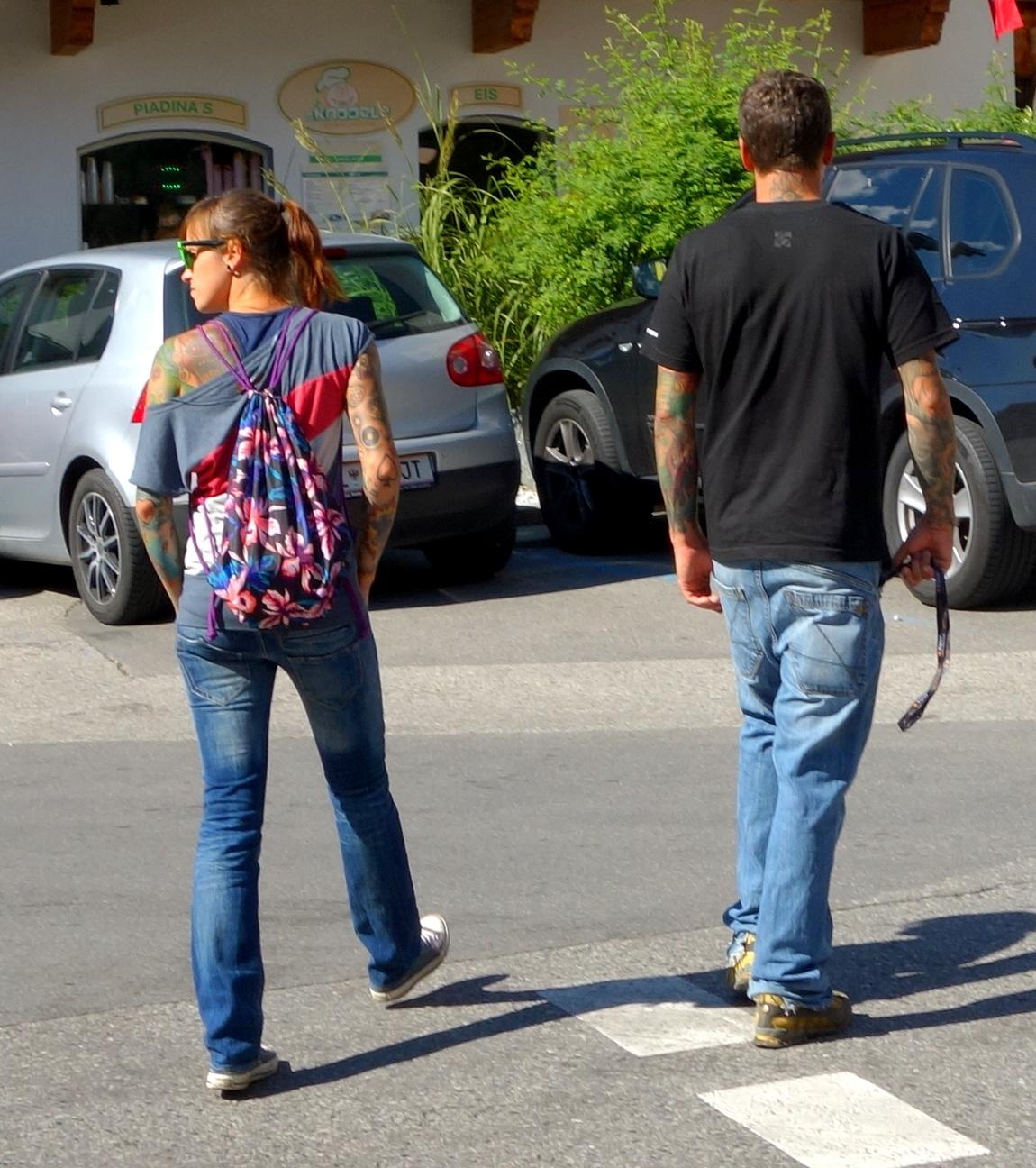 Молодые люди с татуировками на теле в Австрии