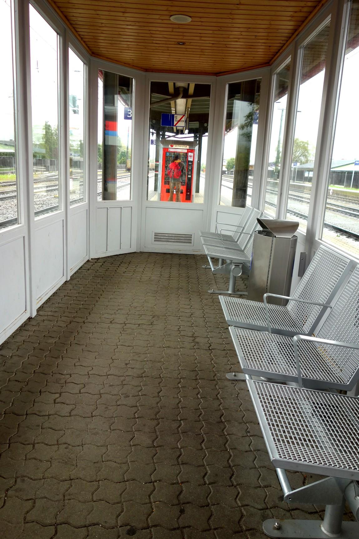 удобные закрытые от ветров и дождя павильоны между путями на вокзале