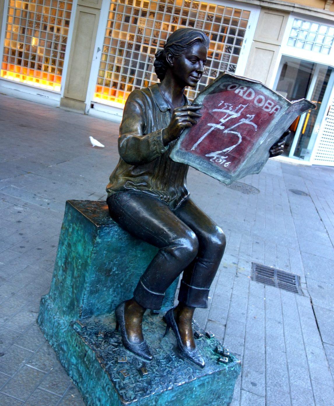 Читающая девушка на улице в Испании