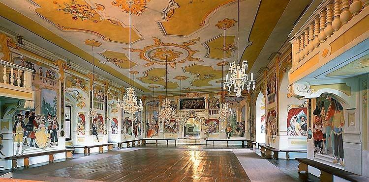 Зеркальный и маскарадный зал в Крумловском замке