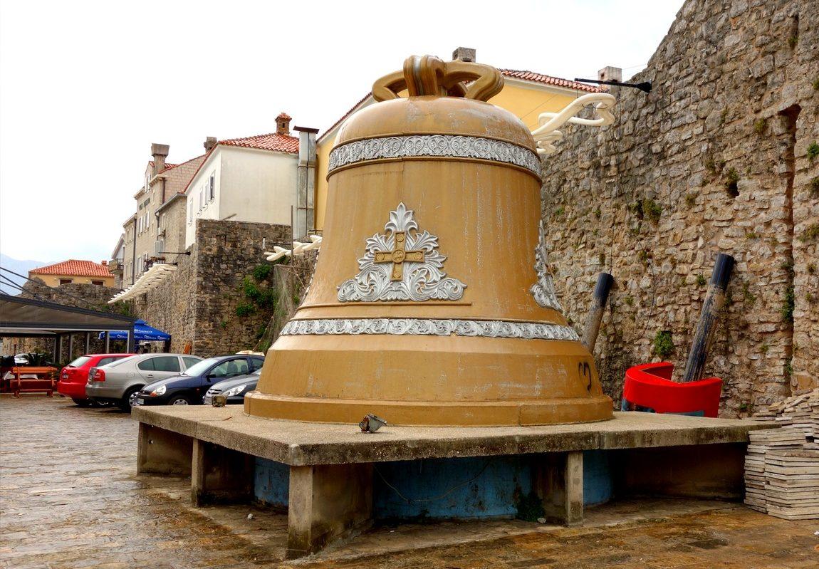 Огромный колокол в с Старом Градег Будва (Черногория)