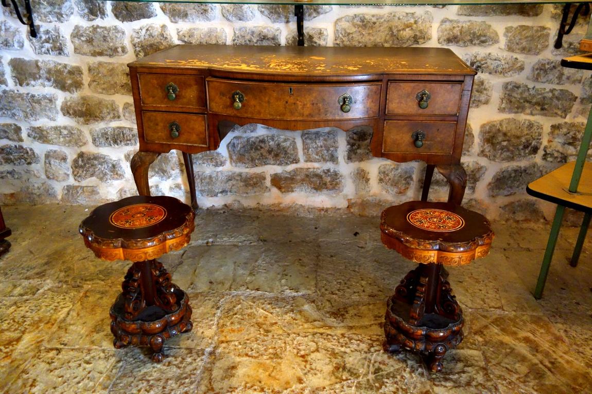 Старинный столик с двумя резными табуретами (Черногория)