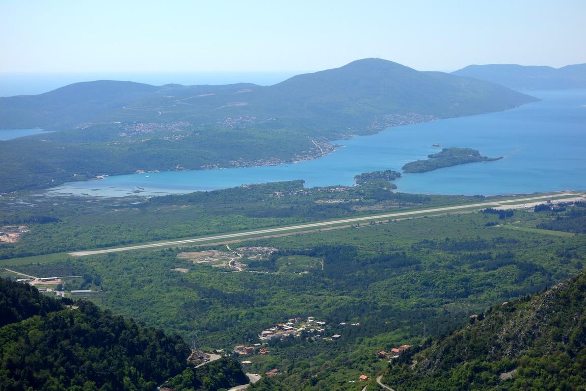Залив Боко-Котор в Черногори - взлётно-посадочная полоса