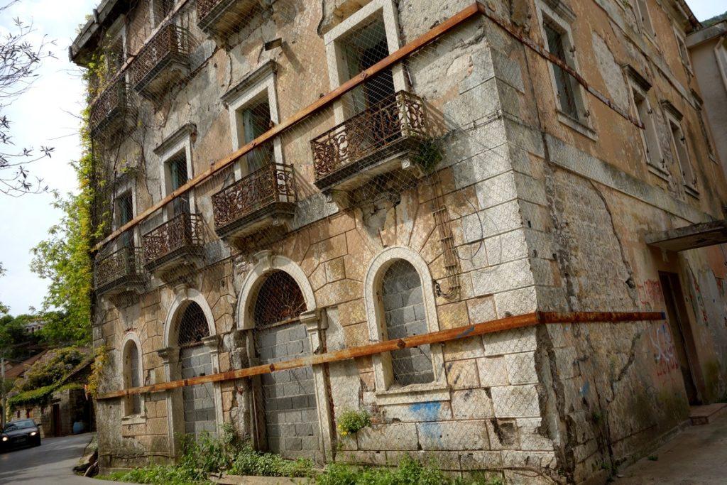 Прчань (Черногория) дом после землетрясения