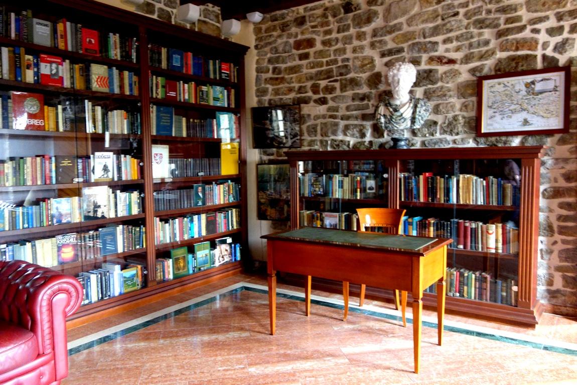 Библиотека при музее в Будве (Черногория)