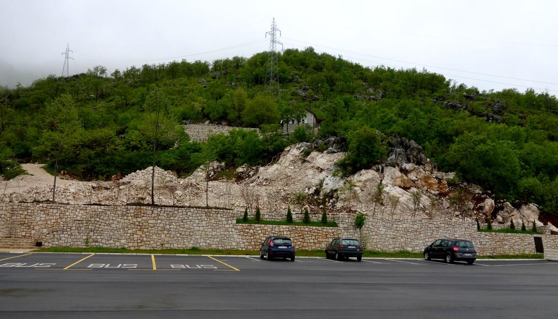 Липская пещера в Черногории - стоянка для машин