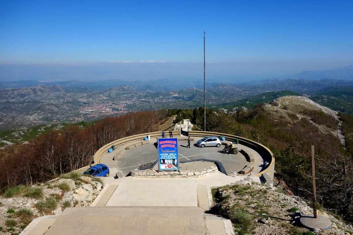 Площадка -остановка перед подъёмом на гору Ловчен к мавзолею (Черногория)