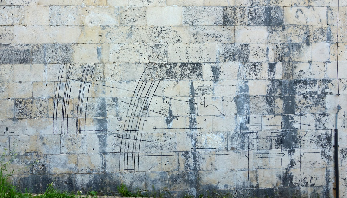 МАгические знаки на стене храма в Черногории