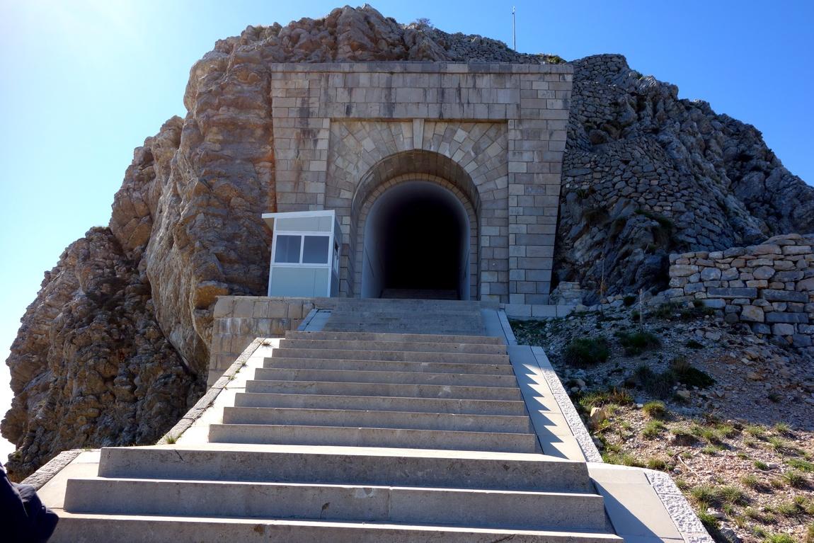 Лестница, ведущая в тоннель на гору к мавзолею Негоша (Черногория)