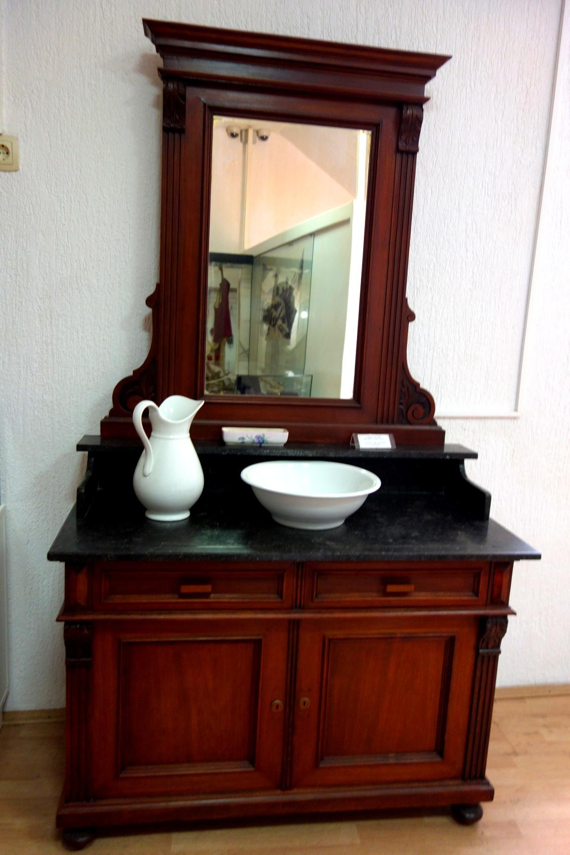 Стол с зеркалом для умывания (Черногория)
