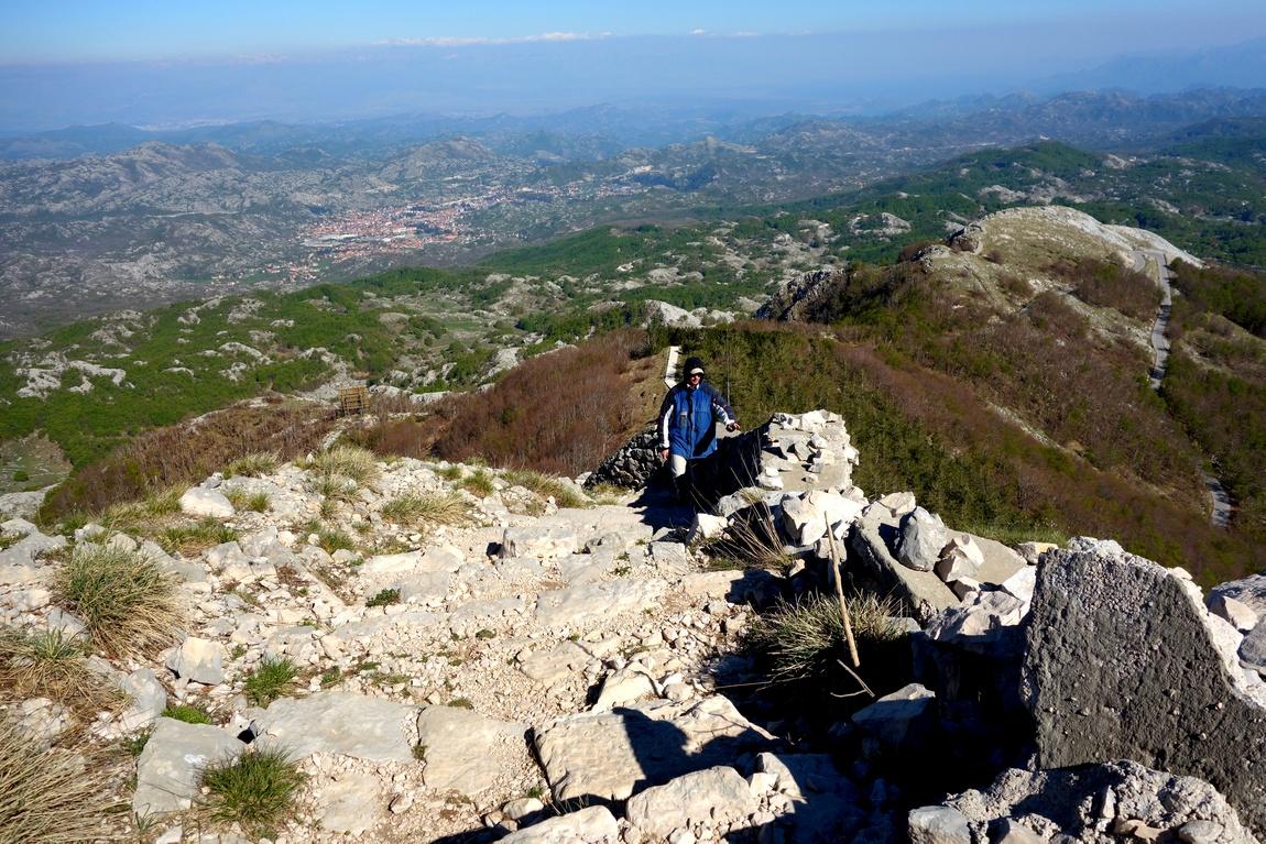 Подъём пешком в гору к мавзолею Негоша в Черногории