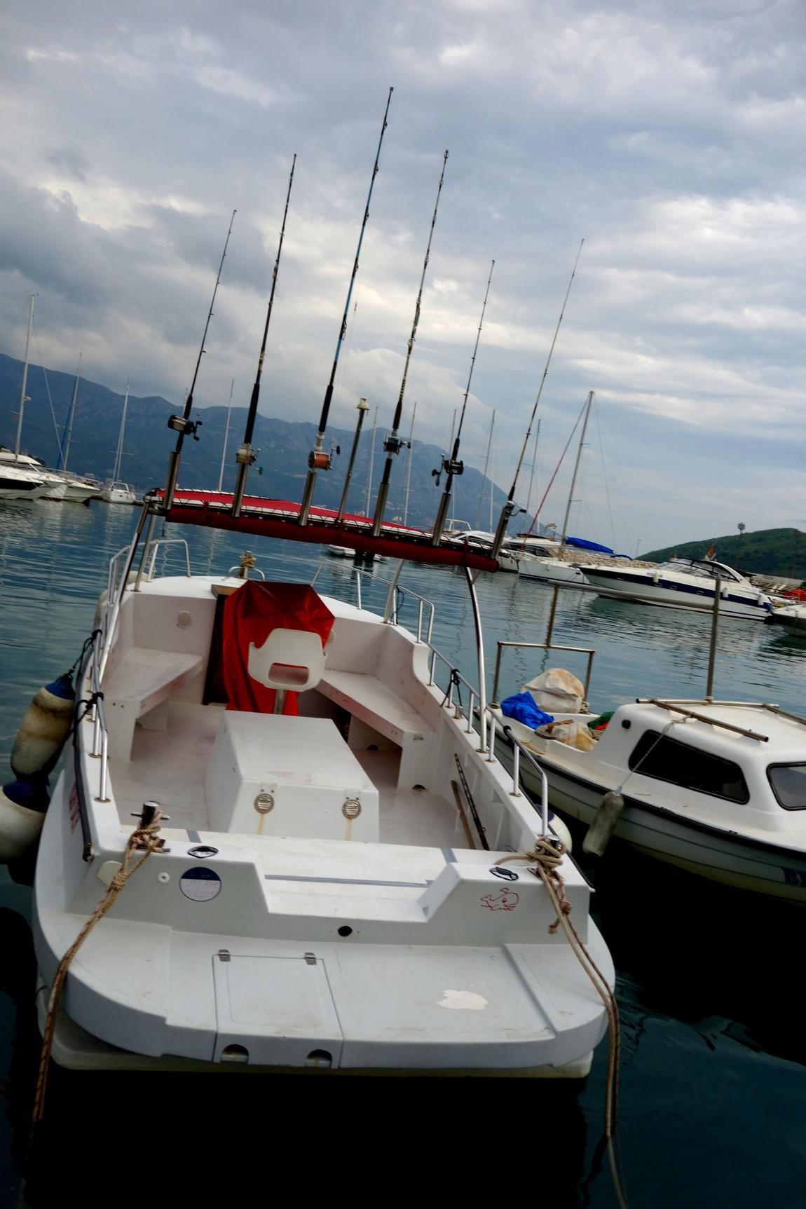 Будва - гавань, лодка с автоматическими удочками