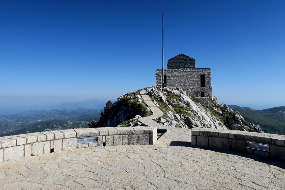 Мавзолей с обратной стороны на горе Езерски-Врх