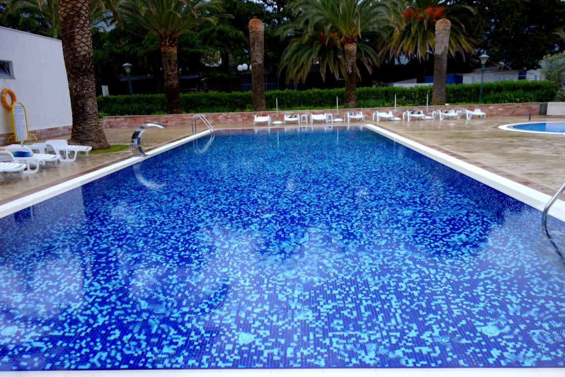 Бассейн при гостинице Монтенегро в Будве