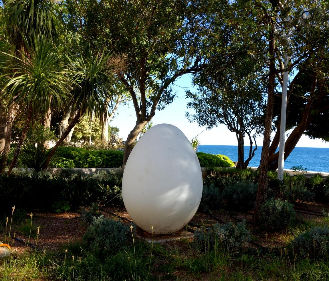 Светильник - яйцо в г Петровац (Черногория)