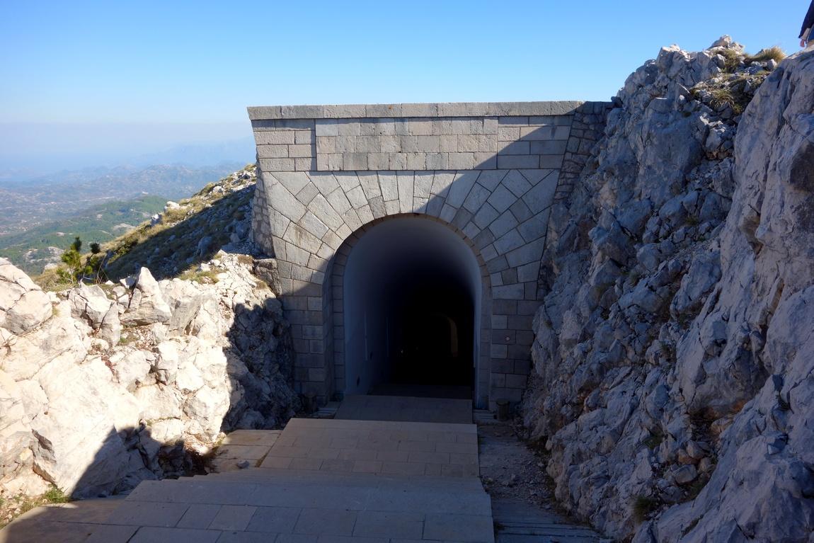 Вход в тоннель на горе в Черногории