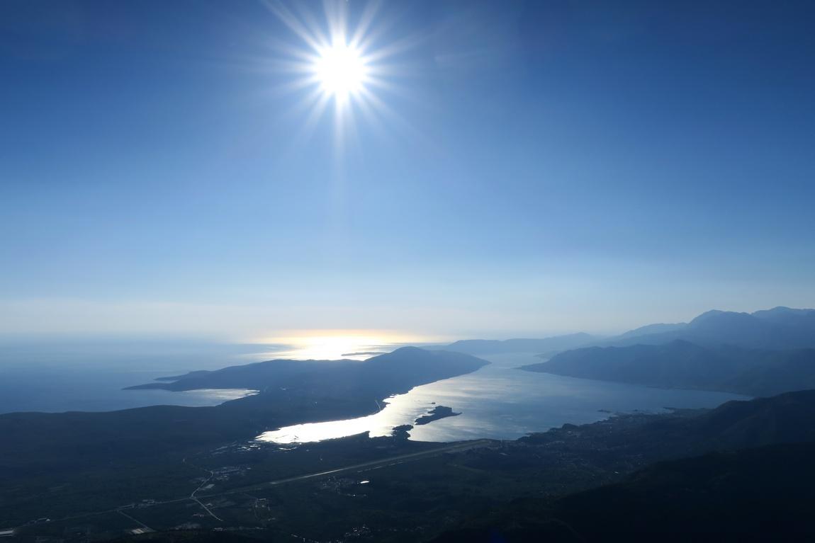 Солнце сверкает, как яркая звезда с высоты гор Ловчен в Черногории