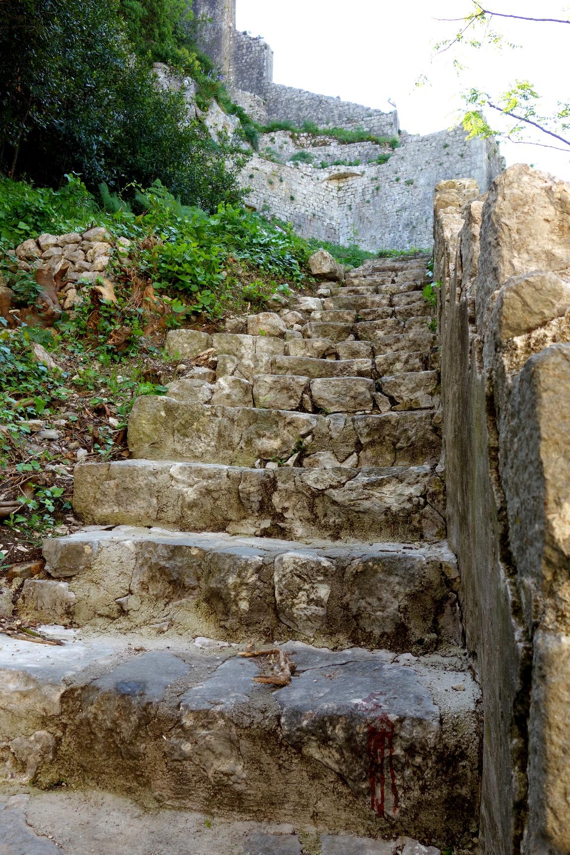 Лестница к крепости Св. Иоанна на горе в Черногории