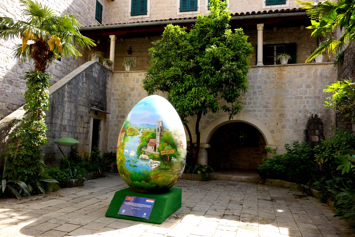 Яйцо - симовол в Старом Граде г. Котор Черногории