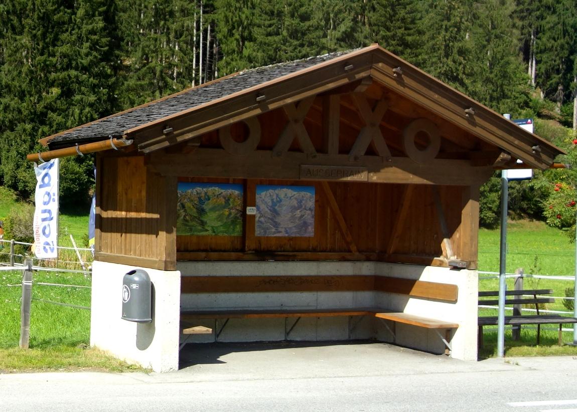 Деревянные остановки между посёлками в Австрии.