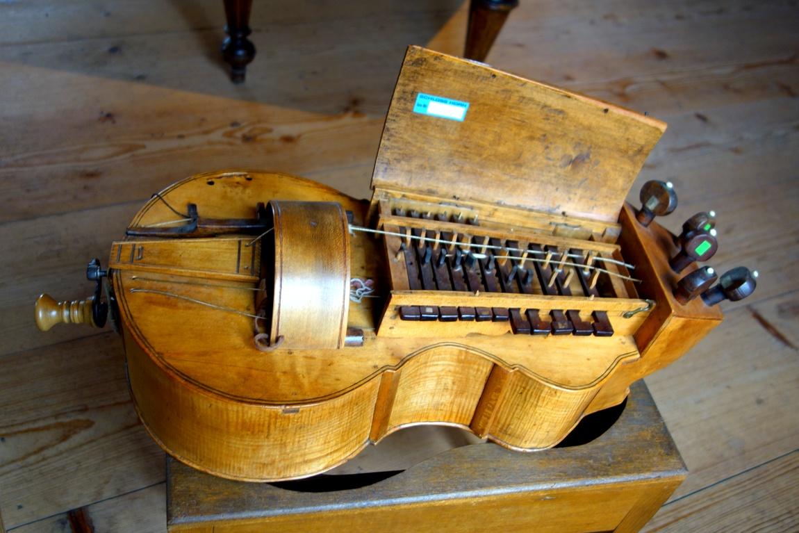 Старинные инструменты в замке Роз в Австрии.