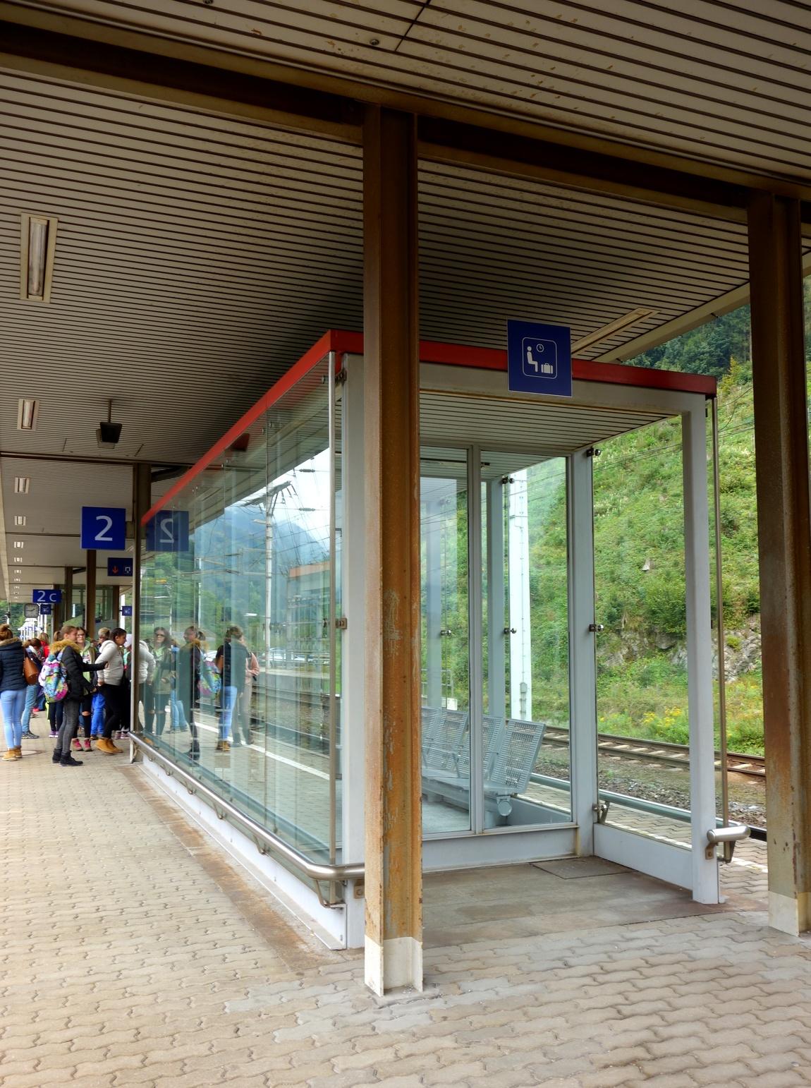 Крытая остановка между путями в Австрии.