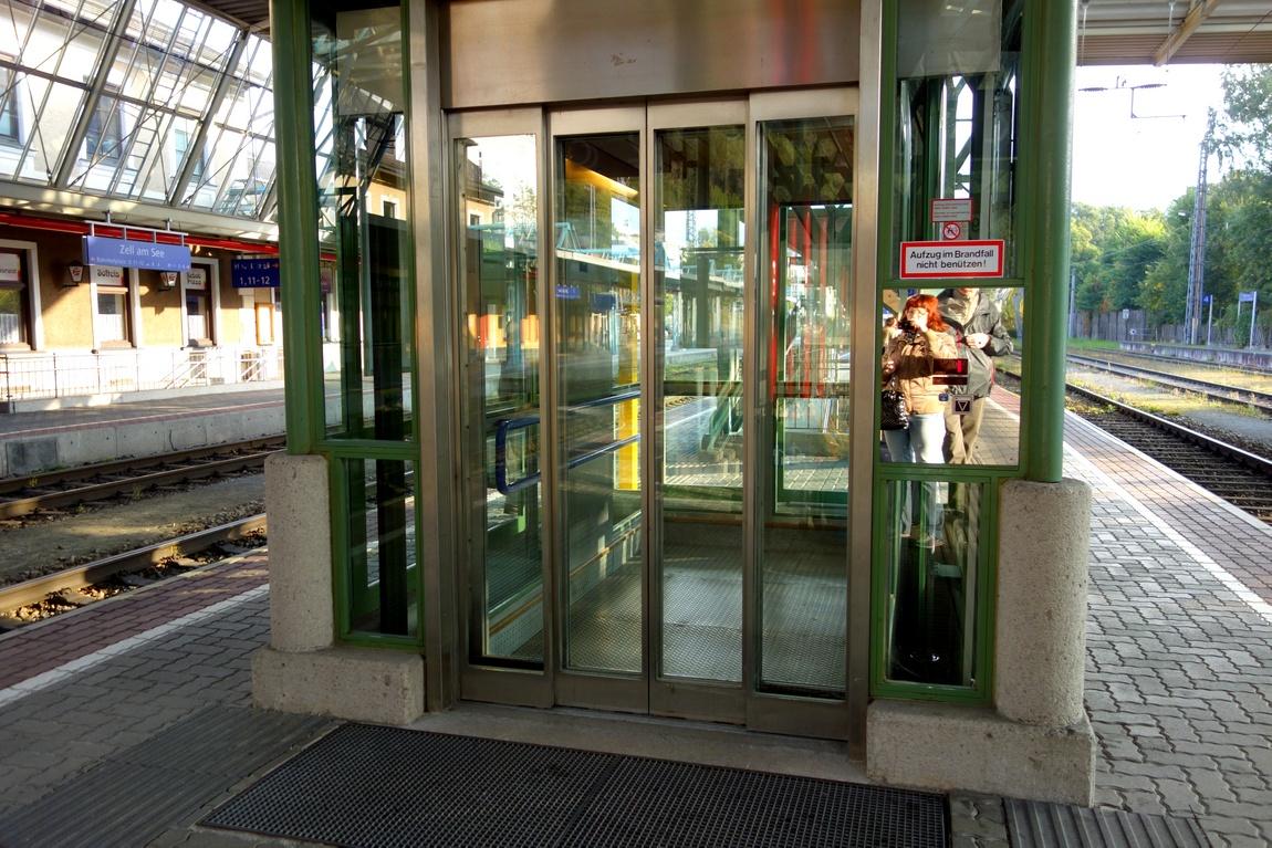 Лифт выхода на перроне вокзала в Австрии
