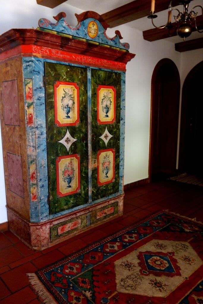 Старинный шкаф в гостинице Нойштифт
