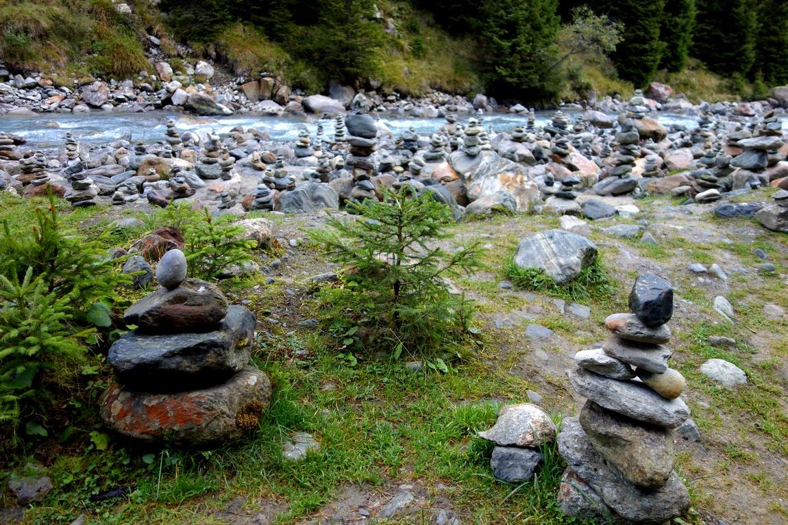 Тролики на берегу речки в Австрии