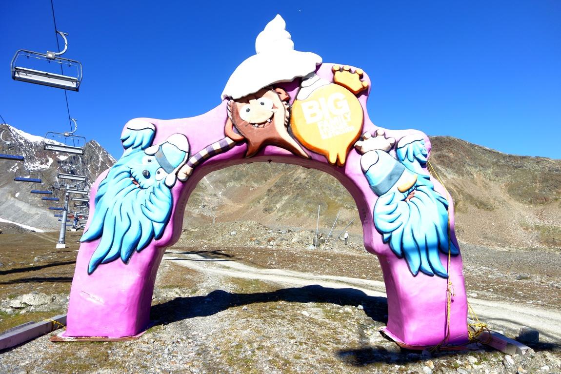 Весёлая арка для лыжников на леднике в Австрии