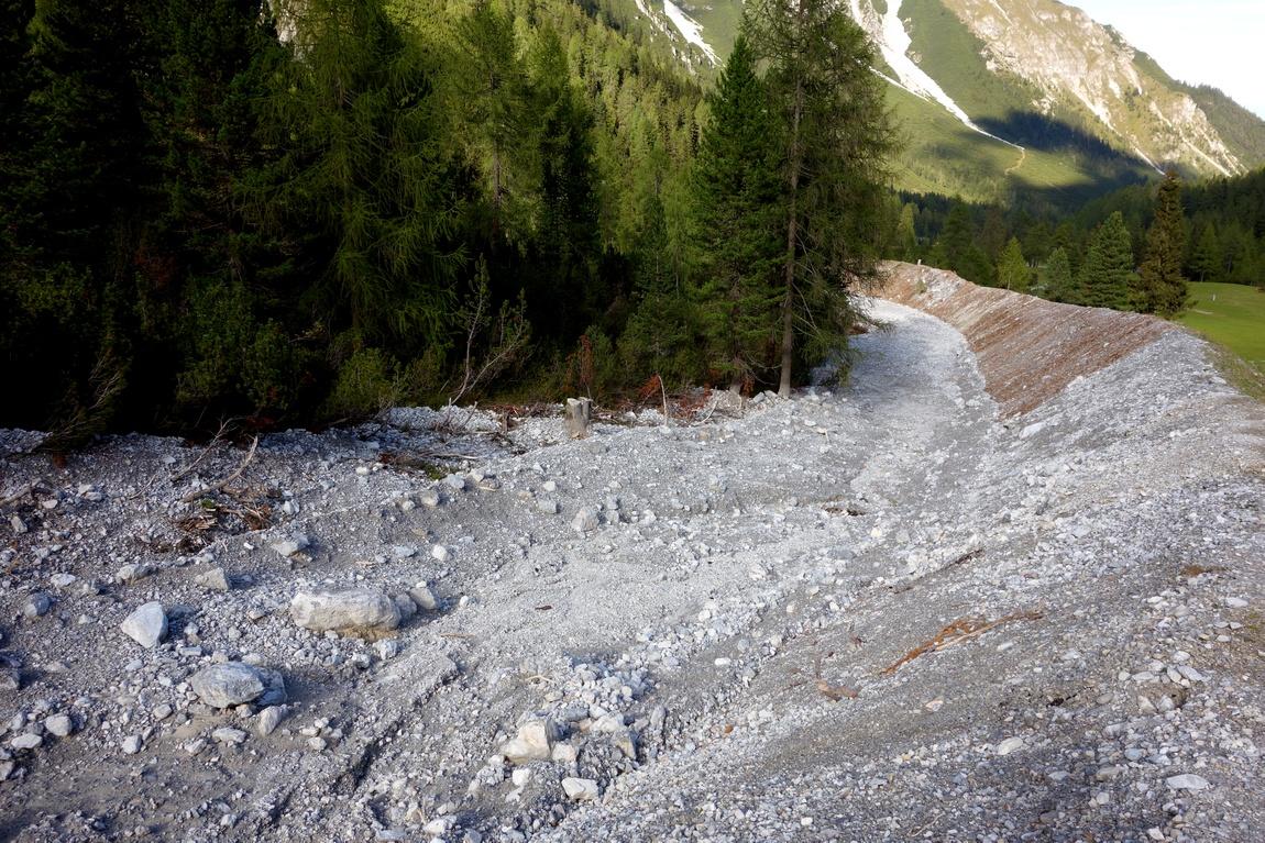 Пешеходная тропа с горы Фулпмес - траншея для весенних снегов