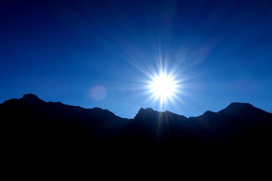 Солнце над горизонтом горы в Австрии