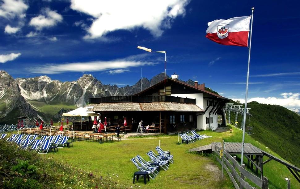 Верхняя станция Schlick 2000 канатной дороги на горе в Австрии