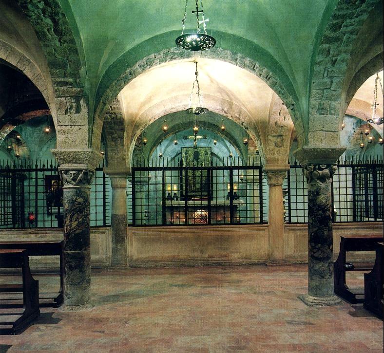 Нижняя крипта Николая Чудотворца в Бари (Италия)