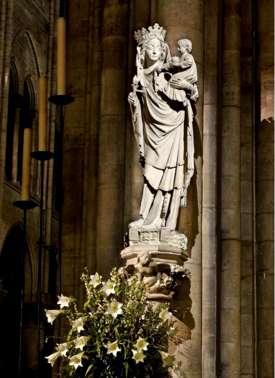 Статуя Парижской Богоматери