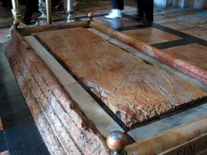 Плита помазания в храме Воскресения Христова (Израиль)