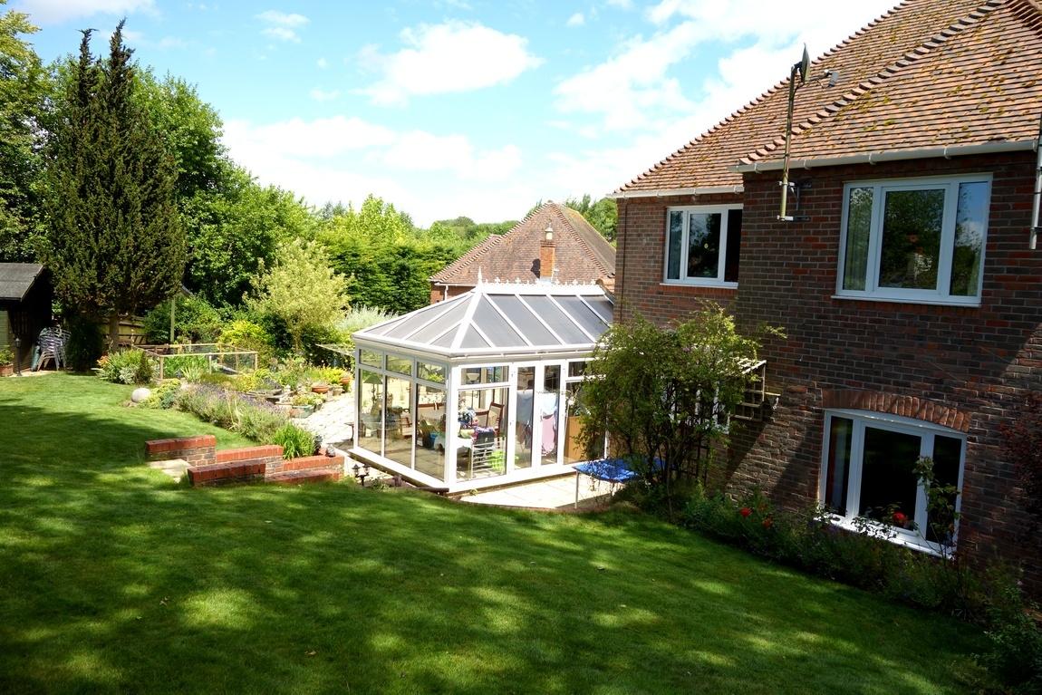 УУ каждого деревенского дома — ухоженный газон, не важно, с клумбами или без.