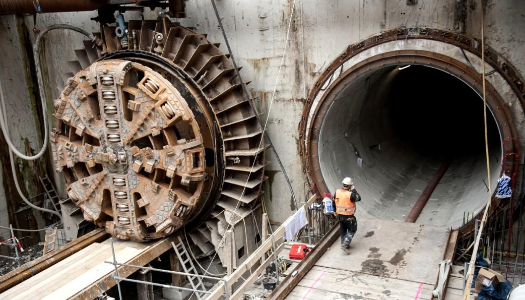 Щит с ротором прорезающий породу при строительстве метро