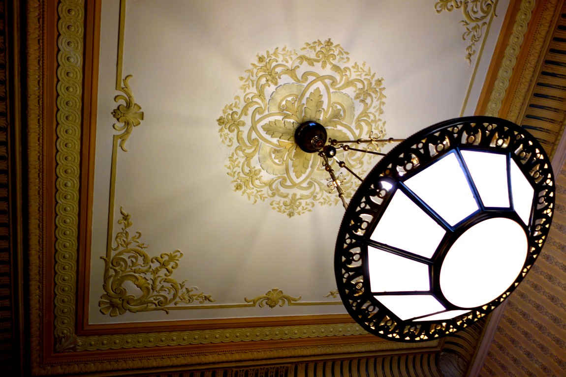 Рельефный потолок и люстра