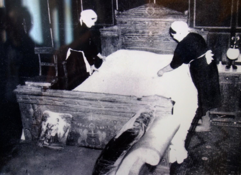 Застилают царскую кровать (Ливадия)