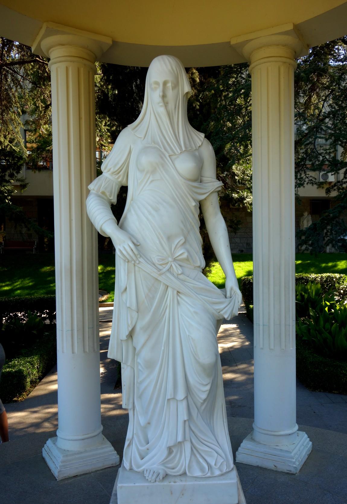Парк Айвазовского - скульптура «Жрицы тайных откровений»