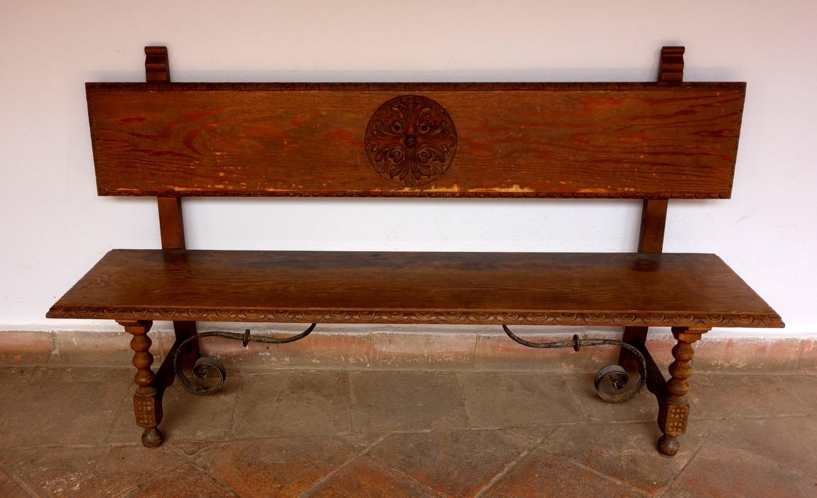 Деревянная скамья  в музее Ронды (Испания)
